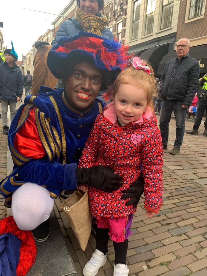 ,,Wat een lieve Pieten'', laat Veerle uit Dordrecht weten. Zij stuurde deze foto in van haar dochter en Piet.