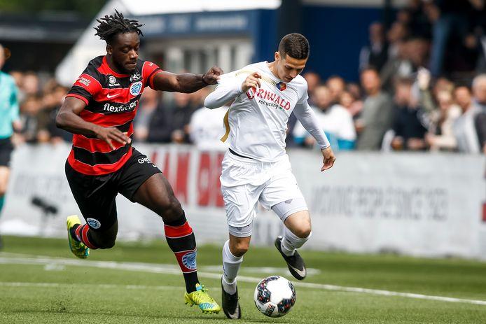De Graafschap-verdediger Myenty Abena (links) moet in de achtervolging bij Mohamed Hamdaoui van Telstar.