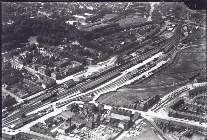 Het station van Breda omstreeks 1925. Gebouwd rond 1860, kreeg het de naam Station Breda StaatsSpoorwegen, ofwel Station Breda SS. Boven links van het midden het Kasteel van Breda en het Valkenberg, rechtsonder de wijk Belcrum.