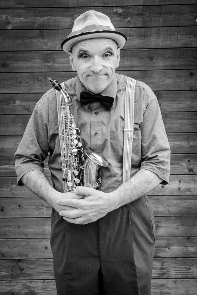 Danie aan het werk met Theatergroep Hendrik En Co. De bewuste saxofoon is gestolen.