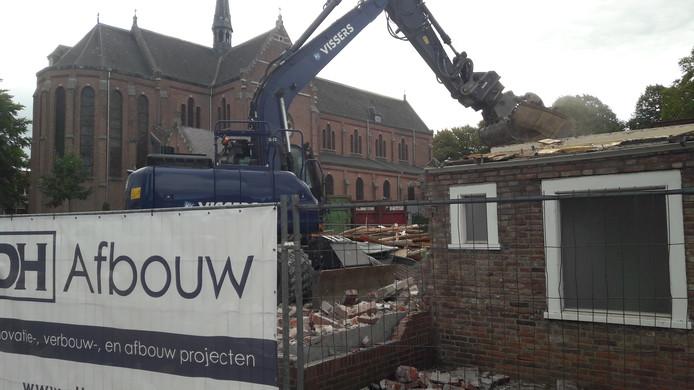 Achter De Stad Klundert is de sloop van het Parochiehuis in volle gang.