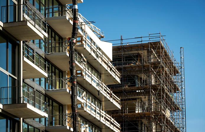 Een bouwproject met appartementen in Amsterdam (2016). De laatste jaren worden steeds minder flats gebouwd.