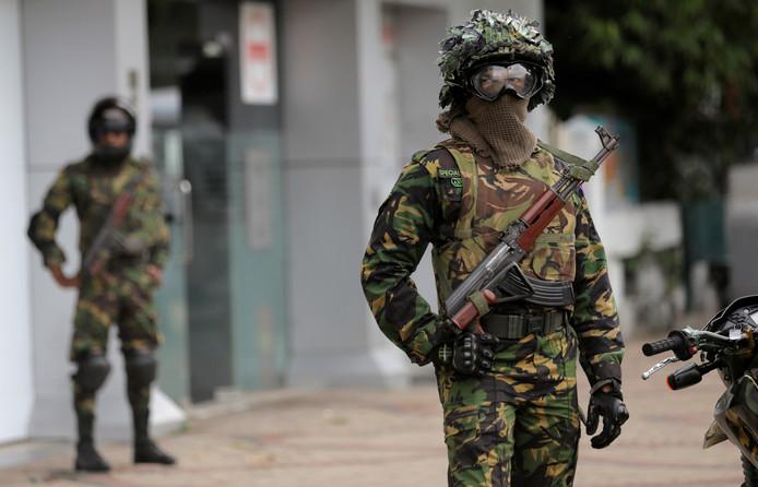 Sri Lankaanse elitetroepen bewaken een moskee tijdens het Vrijdaggebed in Colombo.
