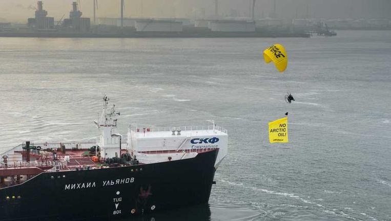 De Rainbow Warrior van Greenpeace vaart langs de Russische olietanker Michail Oeljanov (achtergrond), gevuld met de omstreden Noordpoololie, in de Maasvlakte Olie Terminal. Beeld anp