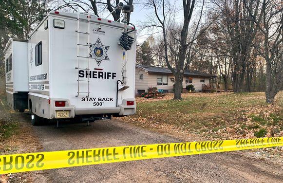 Een politiewagen bij het huis waar Jaymes ouders doodgeschoten werden teruggevonden.