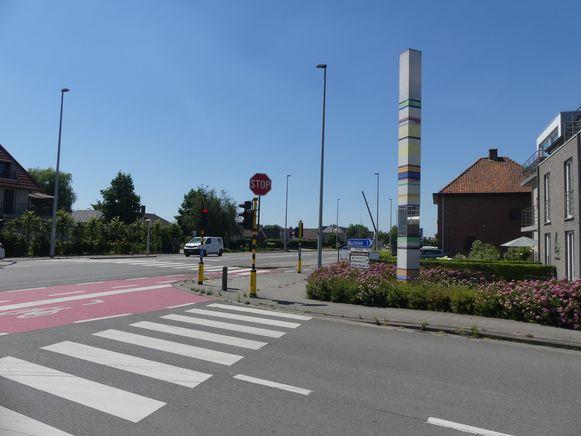 Een van de palen van het onbeperkte staat aan het kruispunt N43-Dorpsstraat.