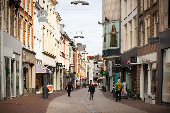 Arnhem tijdens de coronacrisis, met links de gesloten WE Fashion.