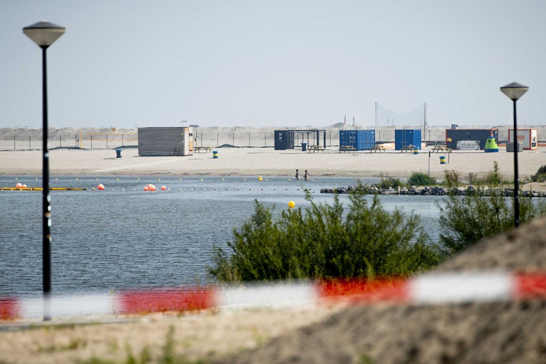 Burgemeester Femke Halsema heeft het strand op IJburg vrijdag gesloten.