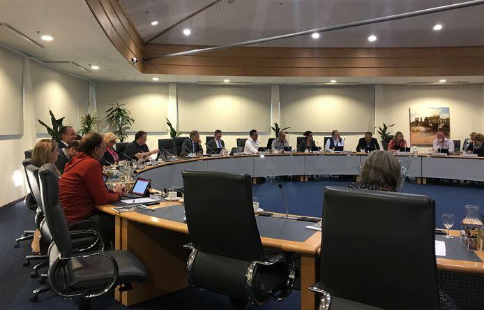 Zij aan zij vergaderen in de raadszaal zit er voorlopig even niet meer in, dus neemt de gemeenteraad van Schouwen-Duiveland z'n toevlucht tot een digitale bijeenkomst.
