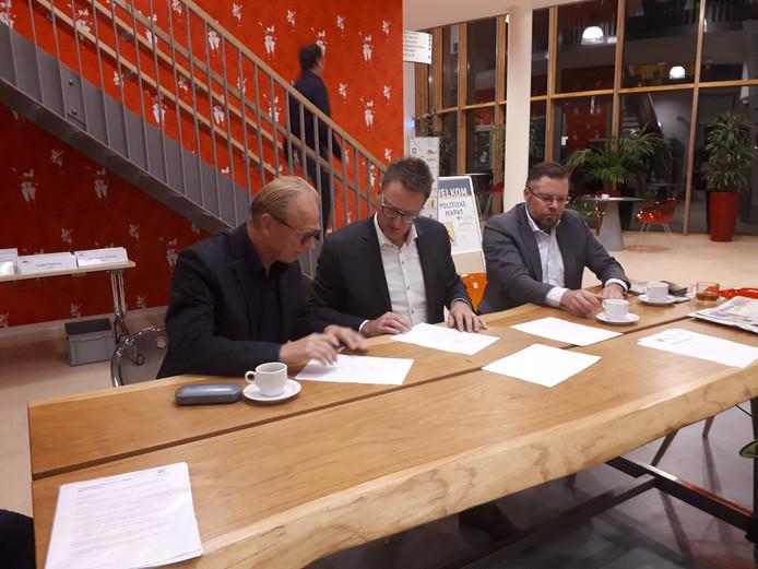 Voorzitter Eric Temmink ondertekent de intentieverklaring namens de Beckumse stichting. Rechts vicevoorzitter Wibout Dragt, midden wethouder Claudio Bruggink.