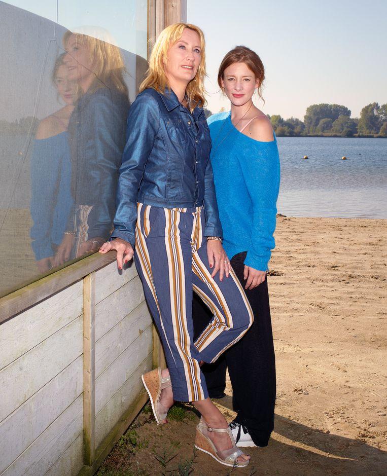 actrice Noortje Herlaar (rechts) die de hoodfrol speelt in de serie Lois, gebaseerd op de boeken van thrillerschrijfster Simone van der Vlugt. Beeld null