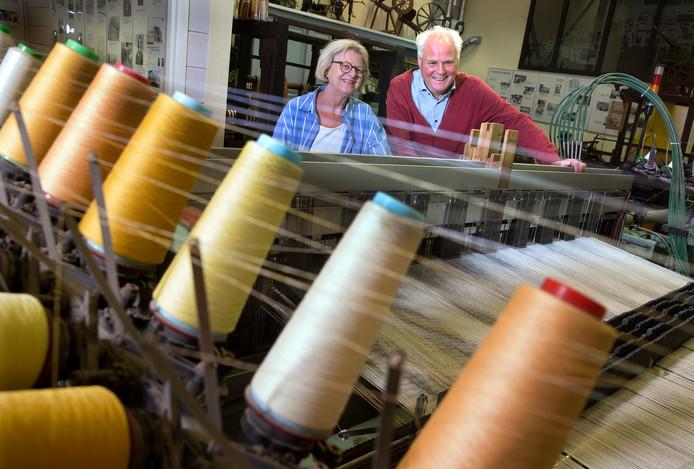 Hans van Lith en Anja Geesink-Kuipers bij een oud weefgetouw in de textielzaal van de Museumfabriek.