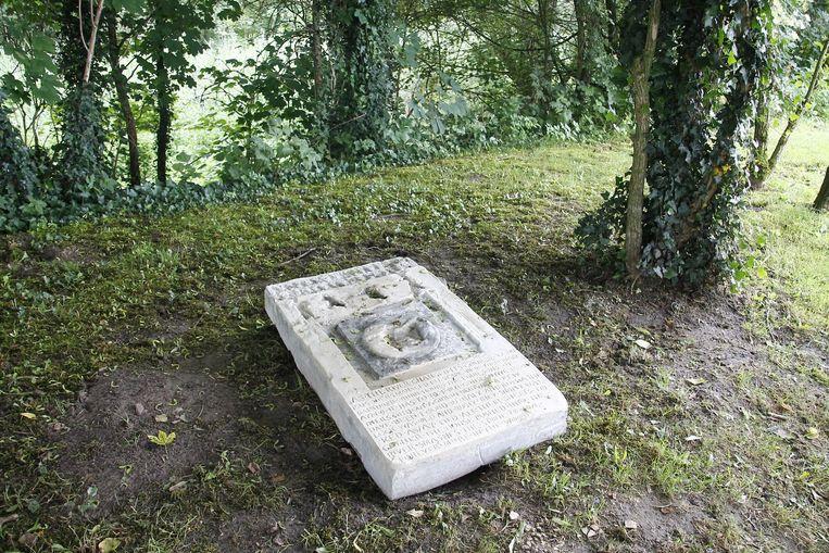Een grote steen met Dendermondse verhalen.