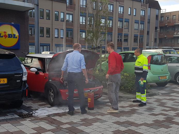 De brand is ontstaan in de motor van de auto.