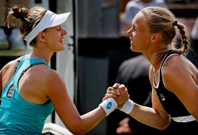 Kiki Bertens feliciteert Alison Riske met de eindzege van het toernooi in Rosmalen.