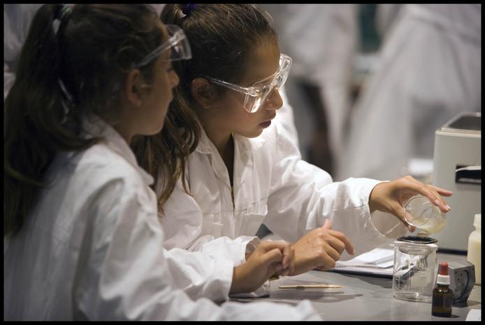 Kinderen doen proefjes in het Amsterdamse NEMO. Het museum zoekt een nieuwe Projectmanager Educatie om onderwijsprogramma's te ontwikkelen.