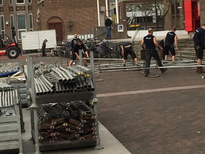De werkzaamheden op het Stadhuisplein zijn zondagavond meteen begonnen.