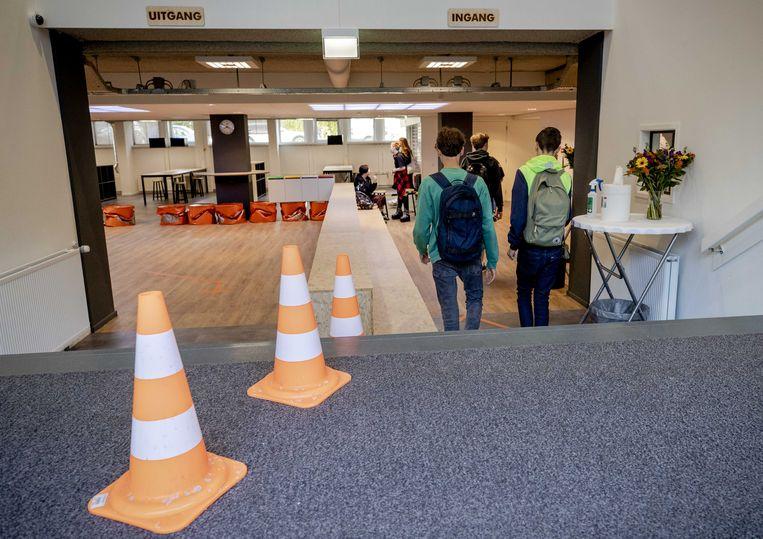 Leerlingen komen aan bij het Haags Montessori Lyceum.  Beeld ANP