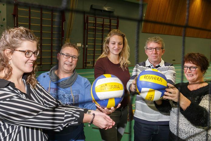 De organisatoren van het nachtvolleybaltoernooi in Staphorst, van links af Janita Heide, Hendrie van de Weem, Anita Veijer, Jan Kuiers en Jeanet de lange. Harrie Boldewijn en Louise Compagner ontbreken.
