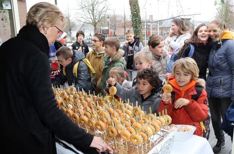 Brasserie De Met trakteerde de Nieuwejaarkezoetezangertjes op een heerlijke donut.
