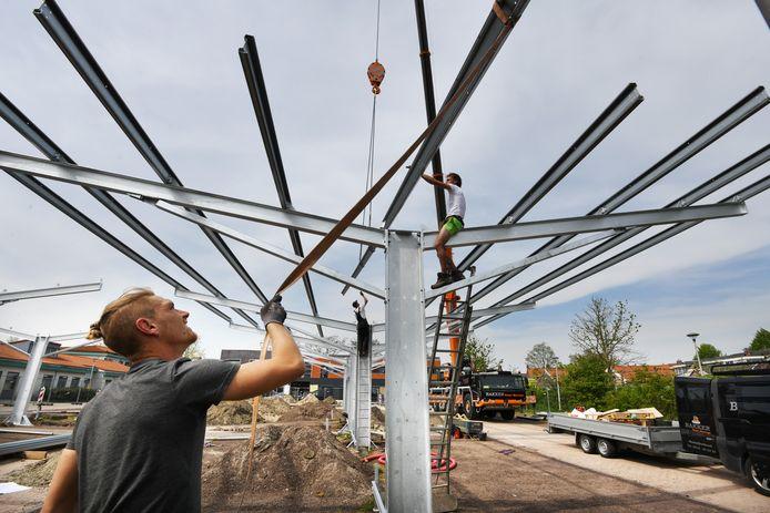 Overdekt laadstation met zonnepanelendak in de wijk Lanxmeer.