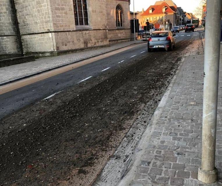 Ter hoogte van de kerk in Borsbeke verloor een vrachtwagen een deel van zijn lading.