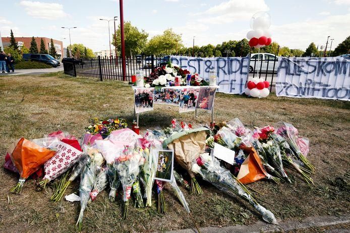 Bloemen ter nagedachtenis aan de in mei van dit jaar verongelukte Sam (18).