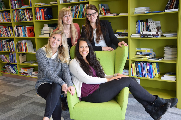 Studenten Imke, Ilse, Rwayda en Bo van Fontys Economische Hogeschool Tilburg verslaan voor het Brabants Dagblad de verkiezingen in de Verenigde Staten.
