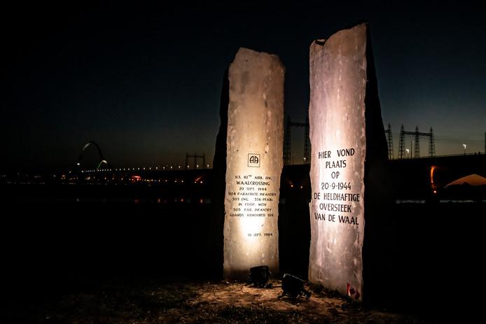 Het monument bij stadsbrug De Oversteek.
