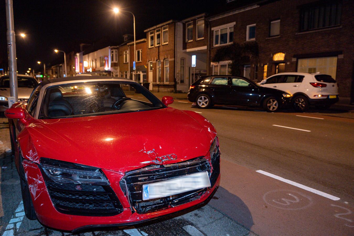 Kerende auto ziet dure Audi over het hoofd.