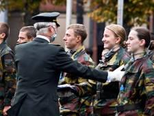 La princesse Elisabeth reçoit son béret bleu des mains du Roi