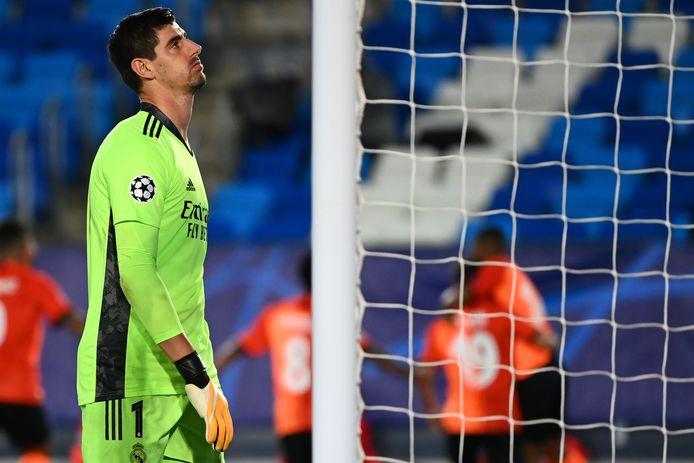 Courtois moet zich in de Champions League drie keer omdraaien.