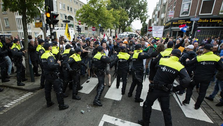 Politie bij de demonstraties in de Haagse Schilderswijk. Beeld anp