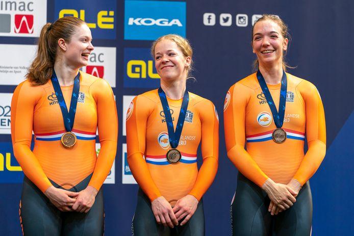Kyra Lamberink (midden) samen met Steffi van der Peet en Shanne Braspennincx  tijdens de huldiging op het EK baanwielrennen in Apeldoorn. Oranje veroverde brons op de teamsprint.