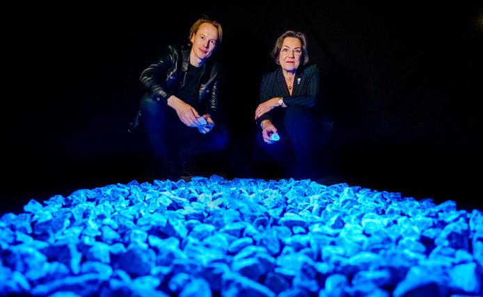 Kunstenaar Daan Roosegaarde (l.) en Gerdi Verbeet, voorzitter van het Nationaal Comité 4 en 5 mei, bij Levenslicht. Het kunstwerk van 104.000 lichtgevende stenen is een eerbetoon aan de 104.000 Nederlandse Holocaustslachtoffers. Een deel ervan is vanaf 22 januari een week lang in Bergen op Zoom te zien.