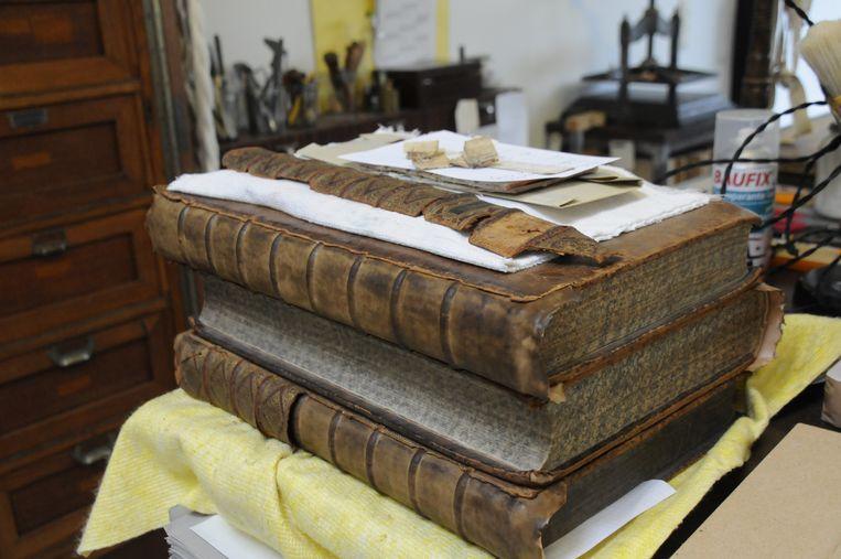 Jan en Julia zijn nog gepassioneerd bezig met de ambacht van het boekbinden en restaureren van boeken.