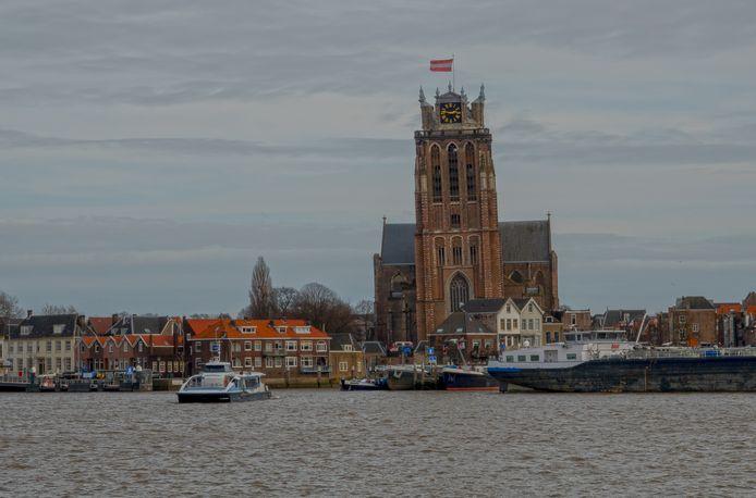 Waterbus steekt de Oude Maas over van Dordrecht (Hooikade) naar Zwijjndrecht, ter hoogte van de Grote Kerk ofwel Dordtse Dom.
