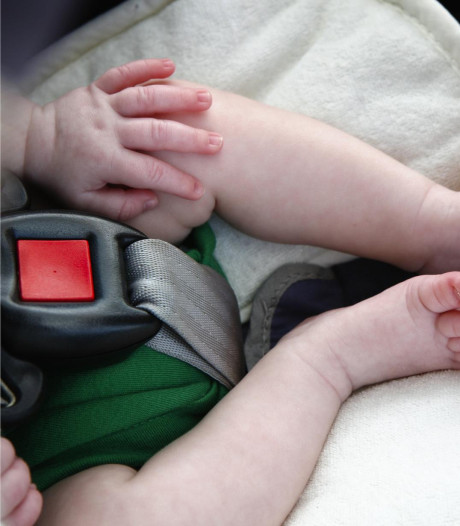 """La police délivre un bébé d'une voiture au soleil: le père avait """"oublié"""" son enfant"""