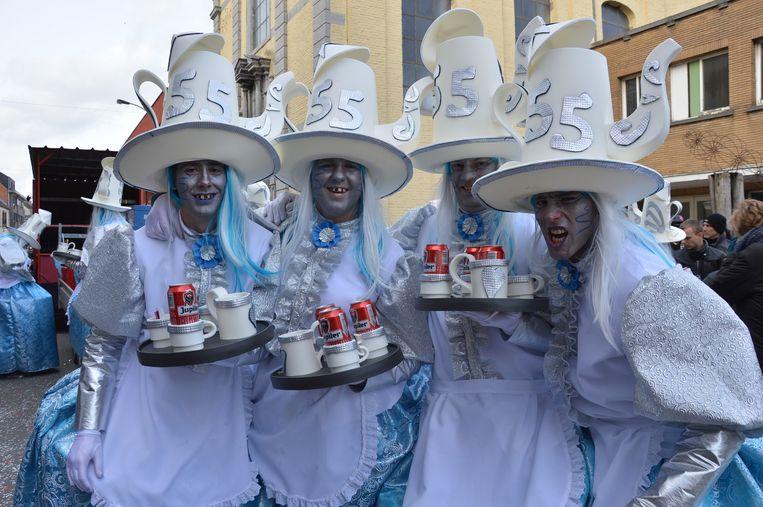 De groep 'Janet nor men ert' had een grote koffiepot als hoofddeksel.