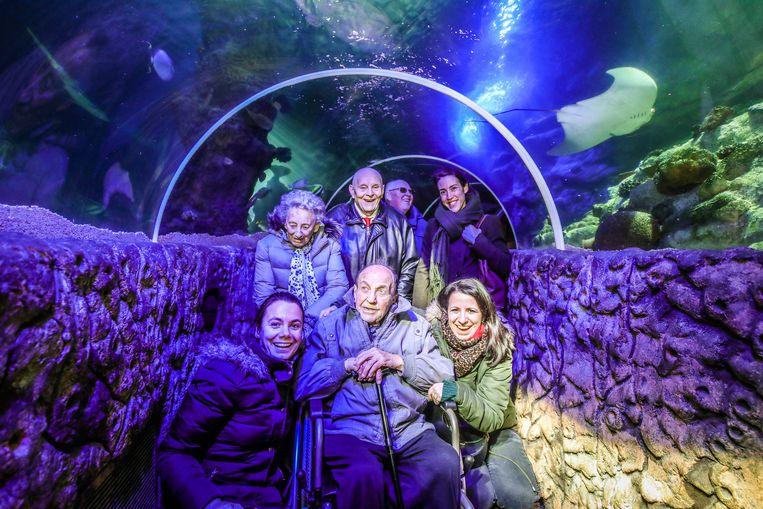 De 91-jarige Gilbert Verhaeghe bezoekt Sea Life met limousine.