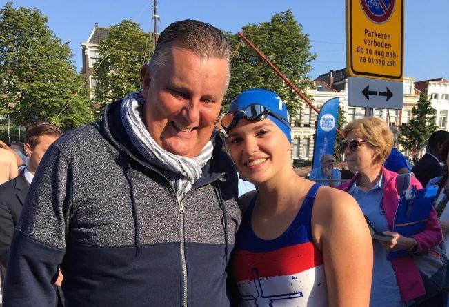 Vorig jaar moedigde Evi's vader haar nog aan. Dit jaar zwemt ze voor het eerst zonder hem langs de kant.