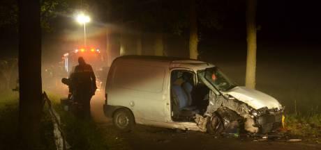 Twee inzittenden van auto naar ziekenhuis na botsing met boom in Vorden