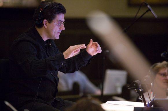 """Dirk Brossé aan het werk: """"Op vier, vijf seconden kon hij op enkele noten een thema maken dat in je oor kruipt en je nooit meer loslaat. Dat is de kunst van alle grote componisten."""""""