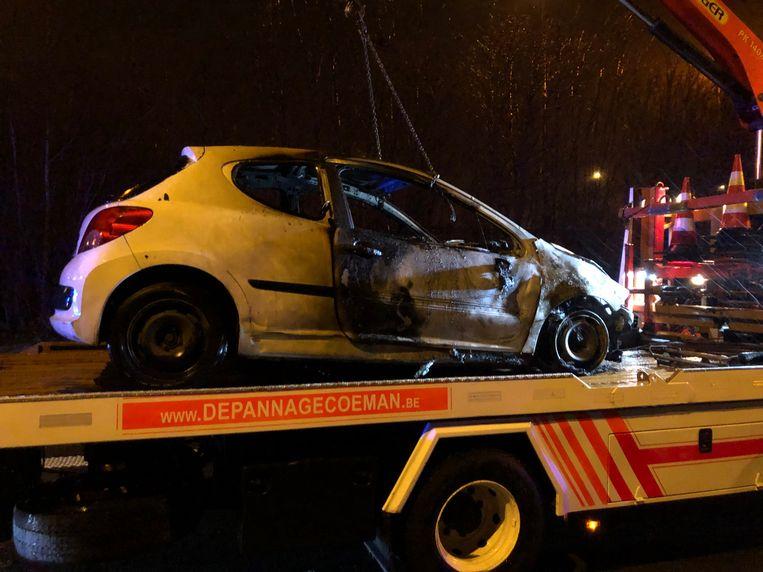 De Peugeot liep zware schade op en moest getakeld worden.