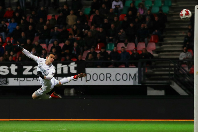Wouter van der Steen van FC Den Bosch ziet de bal op de lat belanden.