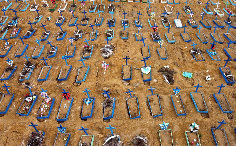 Nieuwe graven op de begraafplaats Nossa Senhorfa Aparecida in het Braziliaanse Manaus Beeld AFP