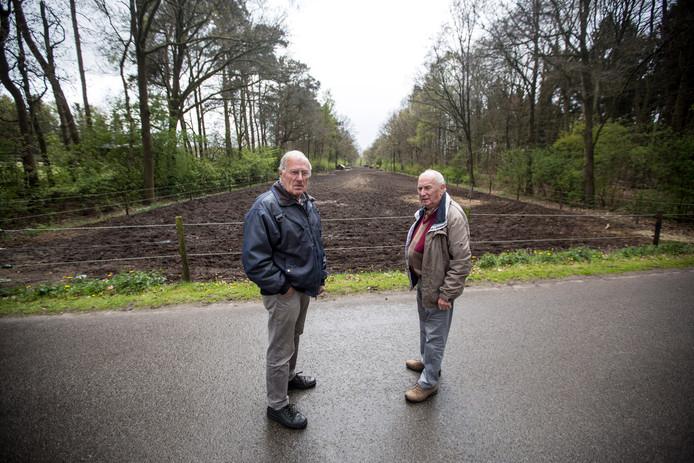 Antoon Hagen en Frans Schreurs voor een brede strook grond waar de Rijksweg 50 moest komen.