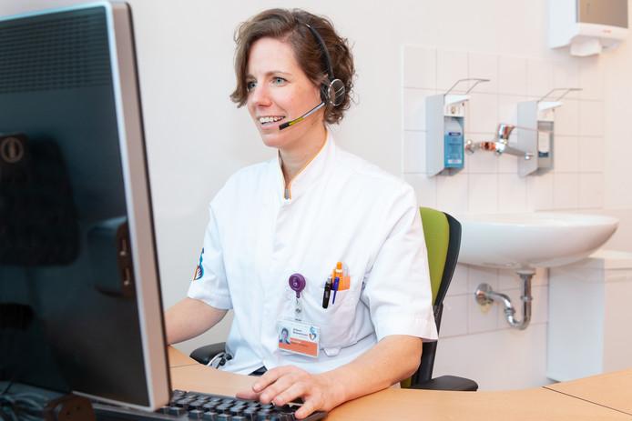 Hematoloog Eva de Jongh tijdens een consult via beeldbellen: 'Face-to-face, dus interactiever'.