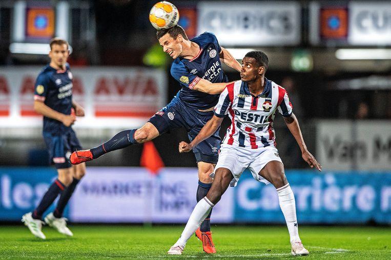 Nick Viergever springt voor Alexander Isak en kopt de bal weg. Beeld Guus Dubbelman / de Volkskrant