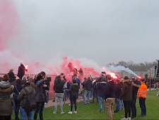 Vuurwerk tijdens laatste training voor Go Ahead Eagles - FC Twente